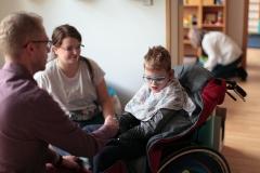 Míši 10. narozeniny v Therapy Centre - Petr přeje